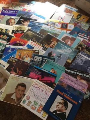 33 records with assorted artists, Lionel Hampton,Bobby Hackett, Bing Crosby, Kate Smith, how are hurt, Tony Motorola, Les Paul and many more