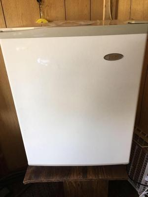 Apartment refrigerator 20 x 19 x 26 with stand