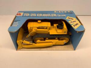 Ertl International Harvester TD-25 Crawler/Blade 1/16 scale