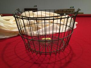 Wire egg basket w/ handle
