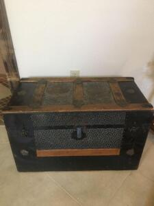 Old metal trunk with tray 30 x 16 x 19 hinges need to be worked on