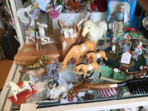 Many horse figurines and other animal figurines, coasters, trinket box