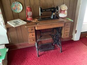 Vintage Singer treadle sewing machine AC002325 in good condition and decor Measures 34 x 16 x 29