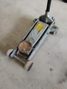 Floor jack probably two or two and a half ton I'm guessing no marks