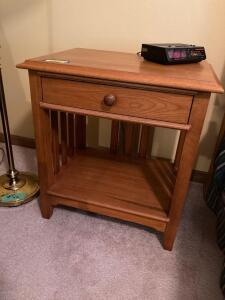 Matching single drawer Thomasville mission style modern oak nightstands, 4' swing arm lamp, table lamp and a digital alarm clock radio. Nightstands match pieces in Lots 8930 and 8931.