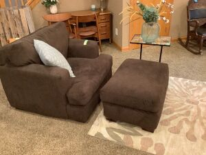 Brown oversized stuffed chair-very comfortable! Throw pillow, mosaic top end table, vase w/florals and 8'x5' area rug inlcuded