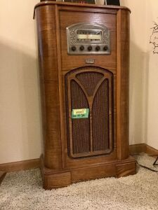 Old time radio replica-Thomas Collectors Edition Radio AM/FM/Cassette Measures 20 x 10 x 36