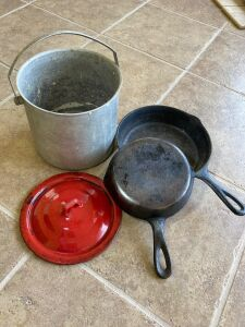 "WagnerWare ""0"" cast iron skillet, #5 unmarked cast iron skillet and aluminum pot with enamel lid"