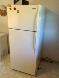 "Whirlpool 18 ft.і refrigerator/freezer manufacture date June 2010  Measures 28""W x 29""D x 68""H"