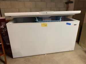 Kenmore chest freezer, manufactured 2011 Measures 28 x 62