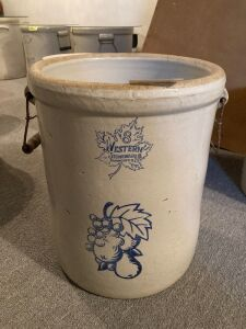 8 gallon Western Stoneware crock w wood and wire bale handles Wood is gone on one handle